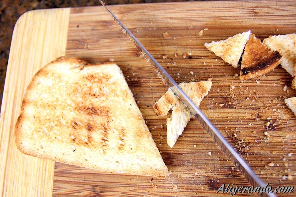 Crema de alubias con almejas, picatostes de pan, pimentón y pimiento choricero. Recetas bajas en calorías, preparación receta, receta ligera, recetas bajas en grasa.