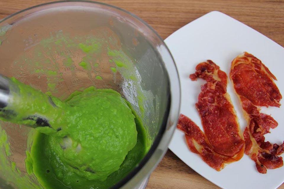 Crema de guisantes con bacalao, jamón y hierbabuena. Recetas bajas en calorías, preparación receta, receta ligera, recetas bajas en grasa.