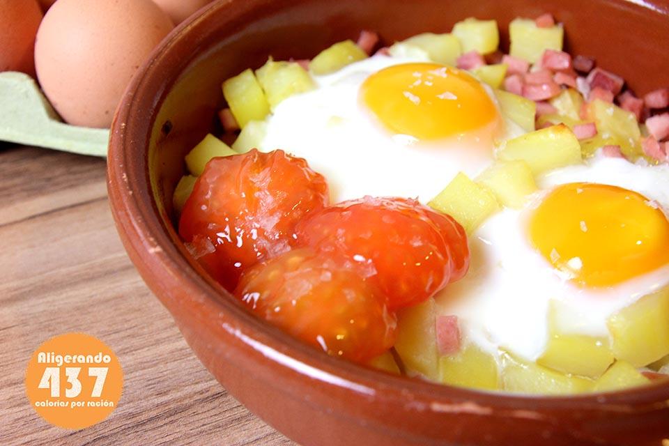 Huevos al plato con patatas, jamón York y tomate. Recetas bajas en calorías, preparación receta, receta ligera, recetas bajas en grasa.