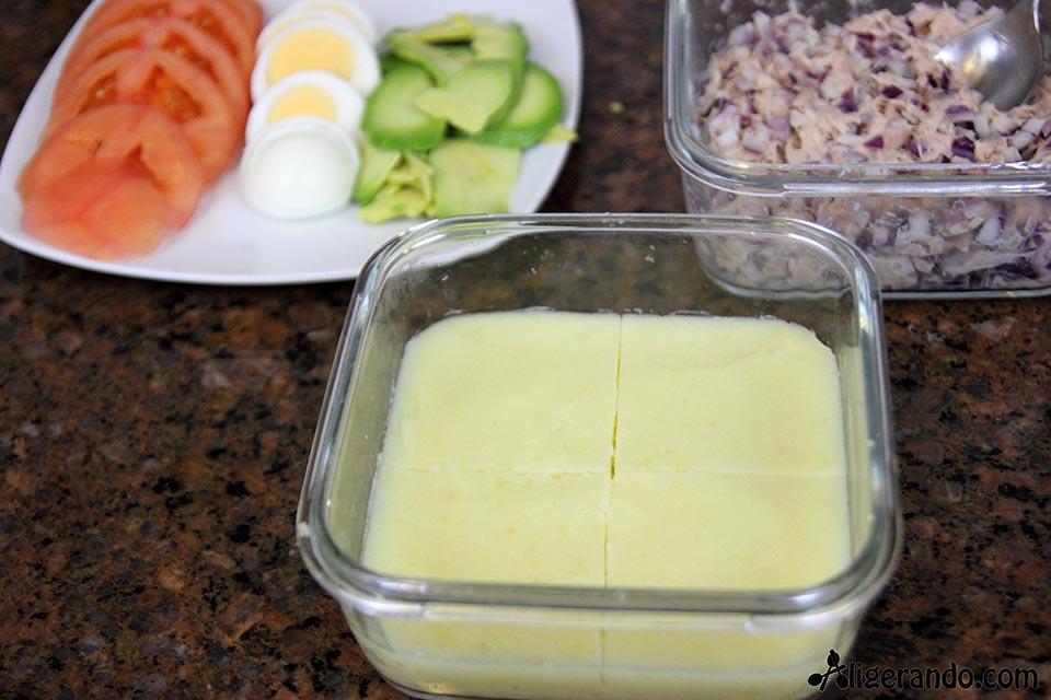 Pastel de patatas, atún, tomate, aguacate, mayonesa y ajo. Recetas bajas en calorías, preparación receta, receta ligera, recetas bajas en grasa. Calorías.