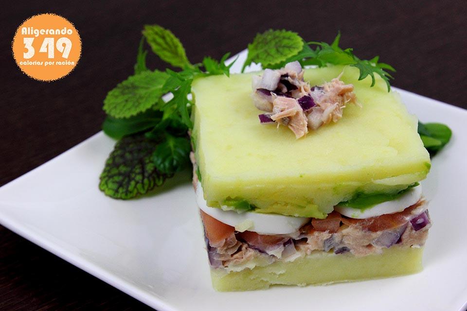 Pastel de patatas, atún, tomate, aguacate, mayonesa y ajo. Recetas bajas en calorías, preparación receta, receta ligera, recetas bajas en grasa.