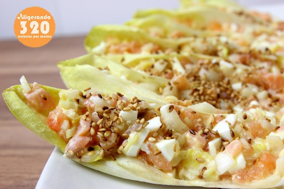 Endibia, endivia, endibias, endivias, salmón ahumado, salmón, huevo, huevo cocido, mostaza, limón, aceite de oliva, tomate, sésamo, cebolleta, semillas de sésamo, receta baja en calorías, recetas, cocina ligera, receta baja en grasa, 320 calorías, calorías, cocina sana, receta sana, receta rica y sana, rico, sano, saludable, cocina ligera, light.