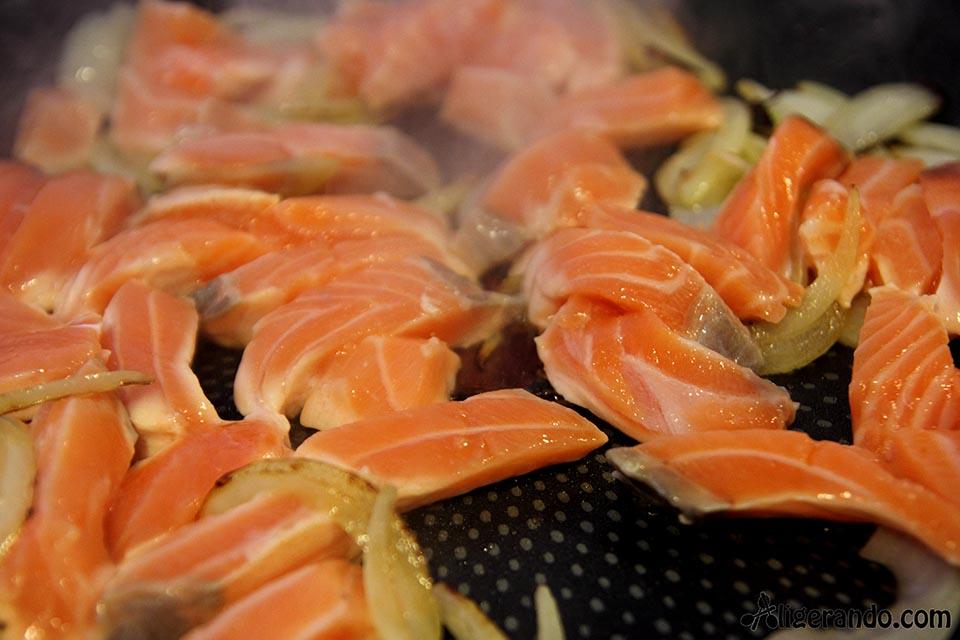 Salmón, pimentón, ajo, cebolla, limón coliflor, receta con coliflor, receta con salmón, receta baja en calorías, recetas, cocina ligera, receta baja en grasa, receta con número de calorías, calorías, cocina sana, receta sana, receta rica y sana, receta saludable, receta sin gluten, celiacos, sin gluten, receta sin lactosa, sin lactosa, receta sin huevo, sin huevo.