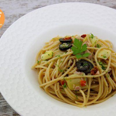 Espaguetis con atún y alcachofas, recetas de pasta, pasta, pasta integral, espaguetis integrales, receta con alcachofas, alcachofas, tomate seco, receta con tomate seco, receta con aceitunas negras, aceitunas negras, receta con lima, lima, receta en 10 minutos, 10 minutos, aligerando, receta baja en calorías, recipe, recetas, cocina ligera, receta baja en grasa, receta con número de calorías, calorías, receta calorías, cocina sana, receta sana, receta rica y sana, rico, sano, saludable, cocina ligera, receta light, light, receta rápida, receta fácil, receta saludable.