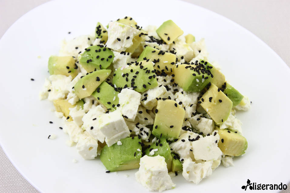 Ensalada de aguacate y queso feta, aguacate, queso feta, receta verano, cebolla encurtida, ensalada fácil, receta refrescante, aligerando, restando calorías, recipe, receta, recipes, recetas, cocina ligera, receta con número de calorías, calorías, receta calorías, cocina sana, receta sana, receta rica y sana, rico, sano, saludable, healthy, healthy food, receta light, light, receta saludable, receta fácil, adelgazar, adelgazar comiendo, comida real, real food, receta rápida, receta paso a paso, sin gluten, gluten free, receta baja en calorías, receta tupper, receta táper, tupper, táper, receta para dos, para 2.
