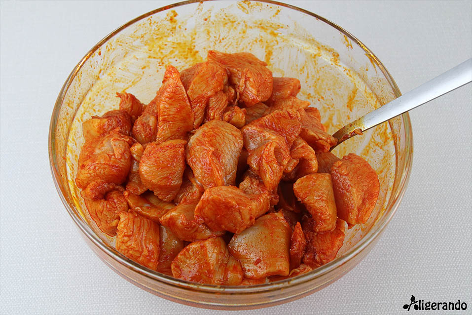 Pollo al pimentón con bechamel de coliflor, pollo, receta pollo, bechamel, bechamel de coliflor, coliflor, cebolla, pimentón de La Vera, receta con pimentón de La Vera, aligerando, restando calorías, recipe, receta, recipes, recetas, cocina ligera, receta baja en grasa, receta con número de calorías, calorías, receta calorías, cocina sana, receta sana, receta rica y sana, rico, sano, saludable, healthy, healthy food, receta light, light, receta saludable, receta fácil, adelgazar, adelgazar comiendo, receta para perder peso, recetas perder peso, receta perder peso, receta fit, fit, comida fit, comida real, real food, receta baja en calorías, receta paso a paso, receta tupper, receta táper, tupper, táper, sin gluten, gluten free.